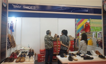Sekjen Aprisindo Bapak Binsar Marpaung, SH,MH mengunjungi stand BNV Shoes pada pameran perayaan 70 tahun Indonesia merdeka di Serpong